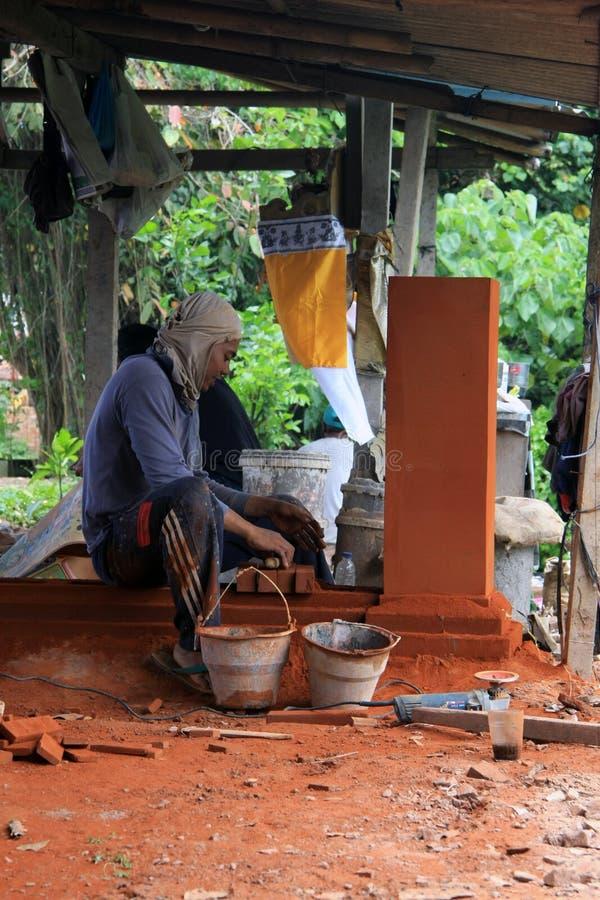 Balijczyka pracownik buduje dekoracyjnego element w Bali obrazy royalty free