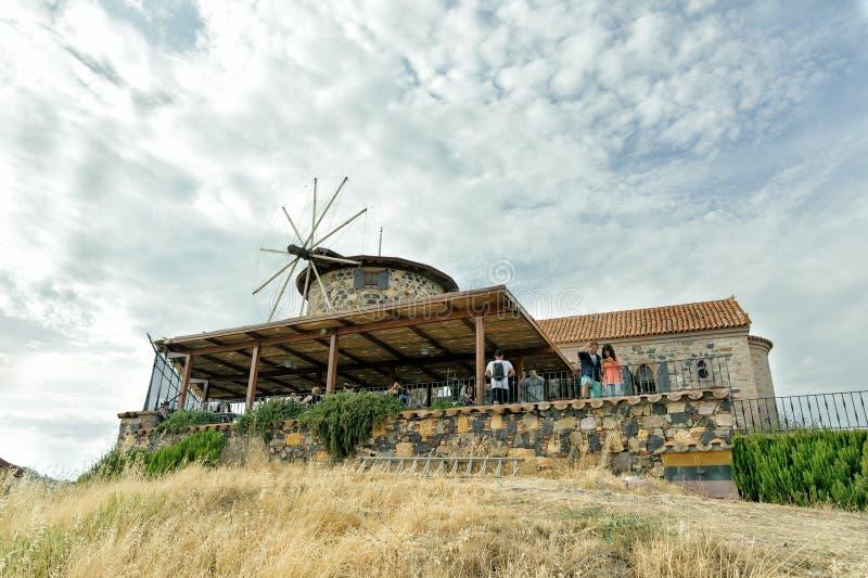 BALIKESIR, ТУРЦИЯ - 21-ОЕ МАЯ 2016: Библиотека Sevim и Necdet Кента Ветрянка и церковь были восстановлены с финансовой поддержкой стоковые изображения