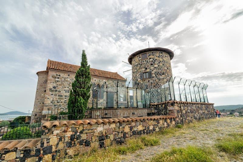 BALIKESIR, ТУРЦИЯ - 21-ОЕ МАЯ 2016: Библиотека Sevim и Necdet Кента Ветрянка и церковь были восстановлены с финансовой поддержкой стоковое изображение rf