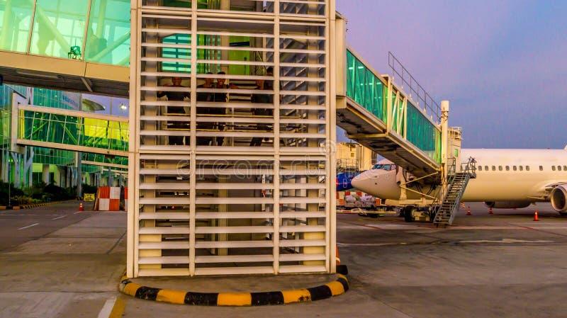 Balikpapan/Indonesië - 9/27/2018: De activiteit in de luchthaven bij dageraad/schemer; stock foto's
