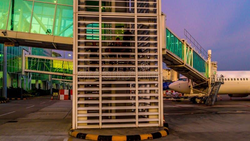 Balikpapan/Indonesia - 9/27/2018: La actividad en el aeropuerto en el amanecer/la oscuridad; foto de archivo