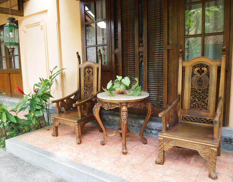 Balinees meubilair op terras royalty-vrije stock fotografie