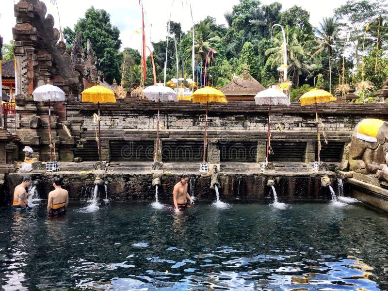 Balinees zuiver me door in Pura Tirta Empul een Hindoese Complexe Tempel Te baden royalty-vrije stock afbeeldingen