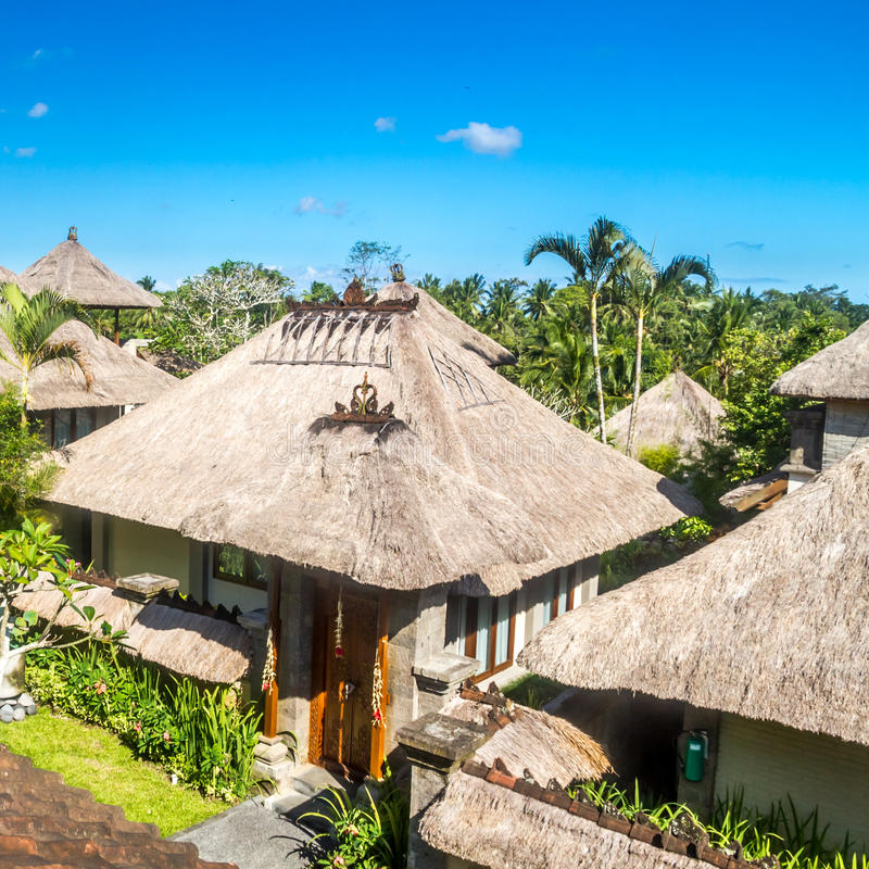 Balinese architectuur rustieke huizen met strodak stock for Huizen architectuur