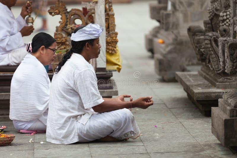Balinese ceremonie in de tempel stock foto