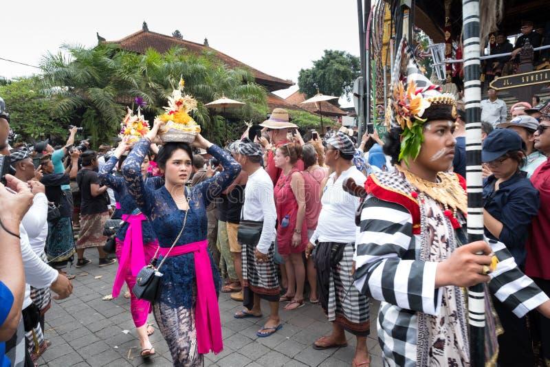 Balinese dans le costume traditionnel dans Ubud, promenade de Bali dans le cortège pendant l'enterrement de famille royale le 2 m images stock