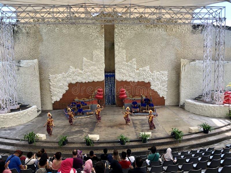 Balinese dansprestaties op stadium bij de ochtend in Garuda Wisnu Kencana GWK in Bali in Indonesië royalty-vrije stock afbeeldingen