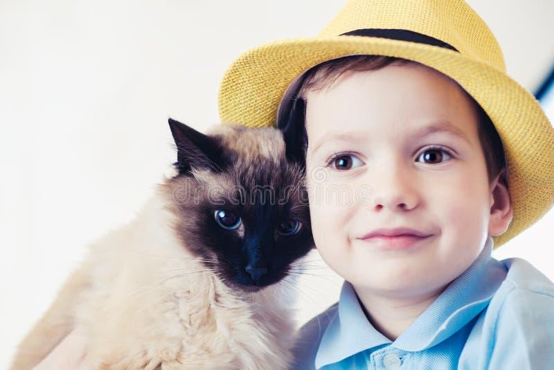 Balinese del ni?o del gato junto jugar cuidado de la amistad imagenes de archivo