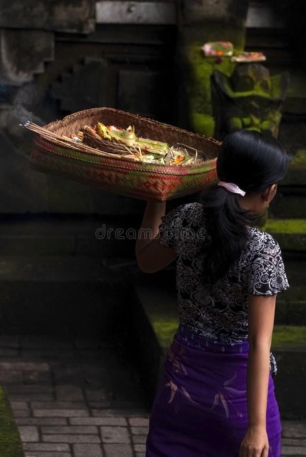 Balinese-Frau mit den handgemachten am hindischen Tempel verlassen zu werden Angeboten, stockfotografie