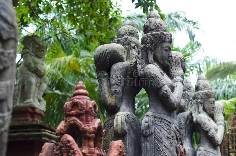 Balinese godsdienstige standbeelden in een heilig park royalty-vrije stock foto