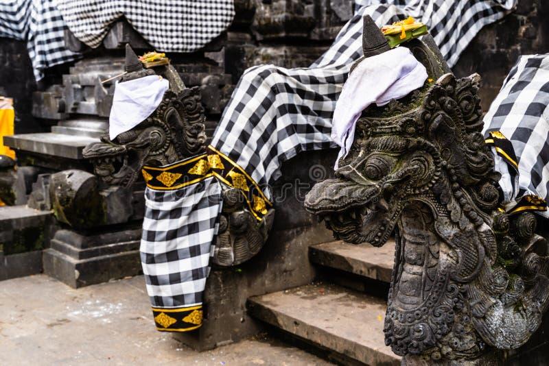 Balinese Hindoese die tempel voor traditioneel festival wordt verfraaid Steendraken gekleed voor Balinees Hindoes festival stock foto's