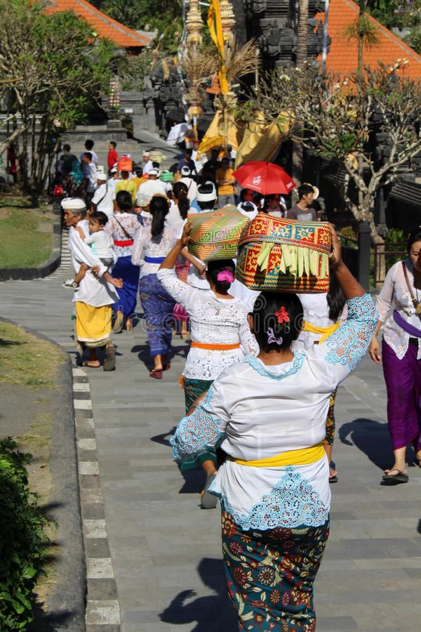 Balinese Hindoese mensen die rond iconische Pura Tanah Lot bidden royalty-vrije stock fotografie