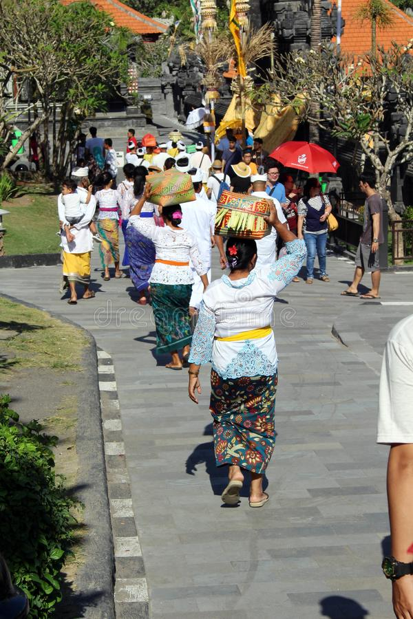 Balinese Hindoese mensen die rond iconische Pura Tanah Lot bidden stock afbeeldingen