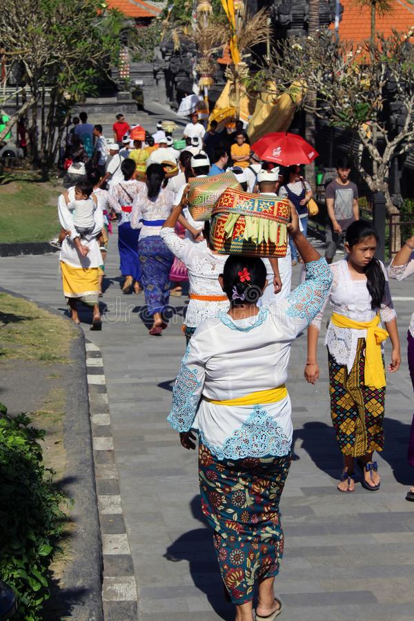Balinese Hindoese mensen die rond iconische Pura Tanah Lot bidden stock afbeelding