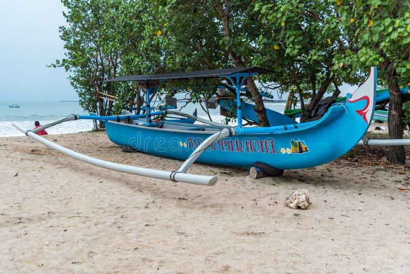 Balinese Jukung que se sienta en la playa lista por diversión en el sol foto de archivo