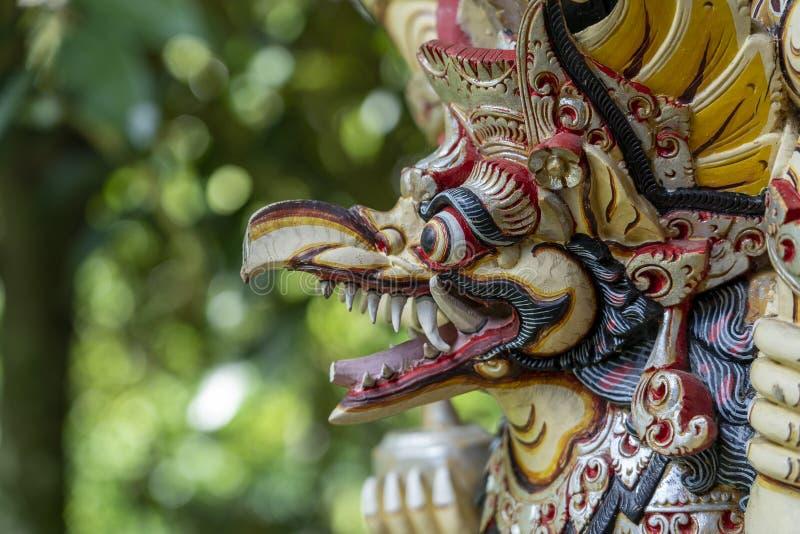 Balinese oude kleurrijke vogelgod Garuda met vleugels, close-up Godsdienstig traditioneel standbeeld van hout Houten oud gebogen  royalty-vrije stock afbeeldingen