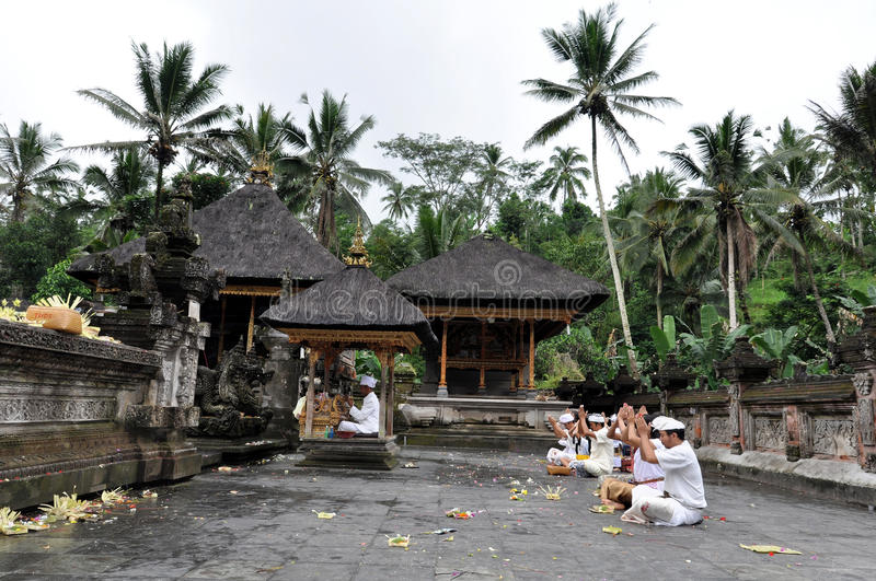 Balinese praying at tampaksiring temple stock photography
