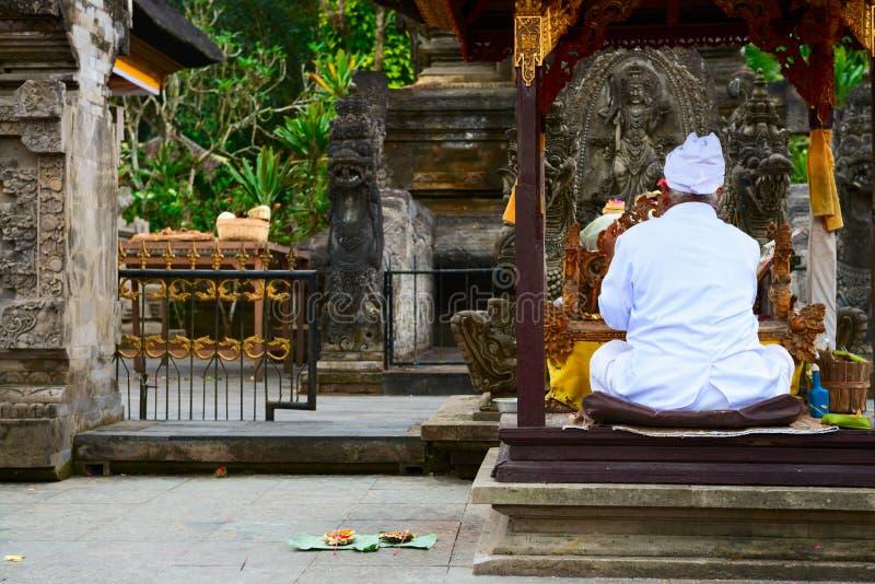 Balinese priester op een godsdienstige ceremonie royalty-vrije stock foto's