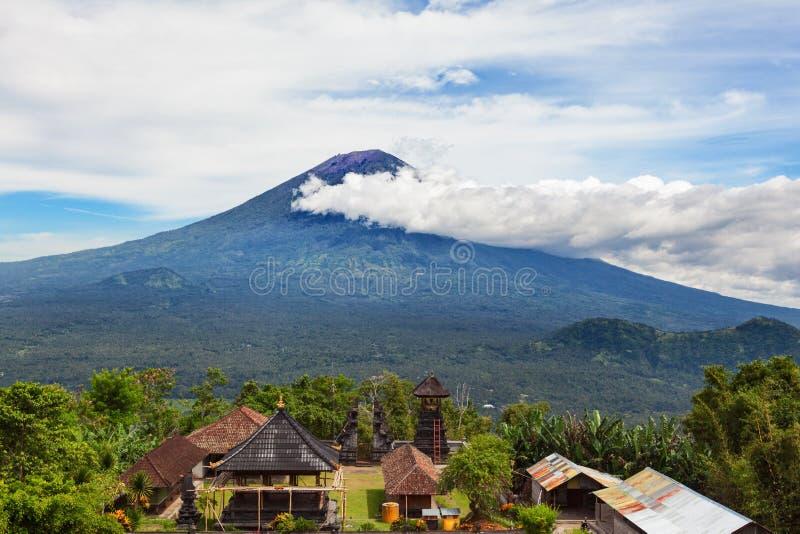 Balinese tempel op achtergrond van de vulkaan van Onderstelagung stock afbeeldingen