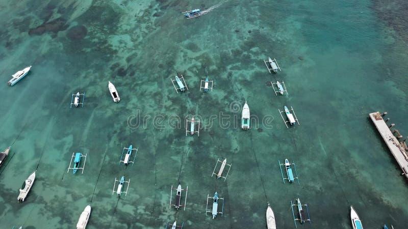 Balinese traditionnel Fisher Boats à la plage de Sanur, Bali, Indonésie La vue du bourdon - image images stock