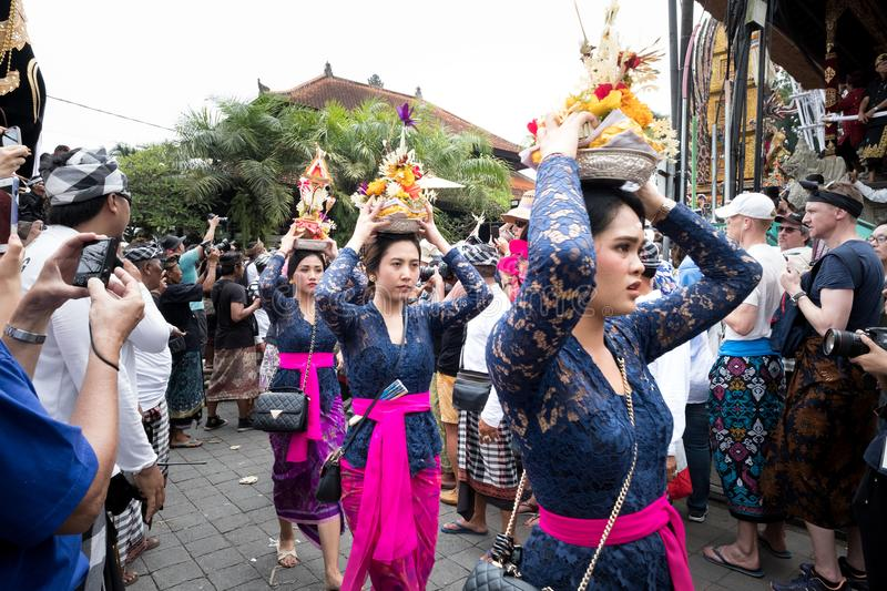 Balinese women bring offerings to the temple for the Ngaben ceremony for the funeral of an Ubud Royal Family member 2nd March 2018 stock photos