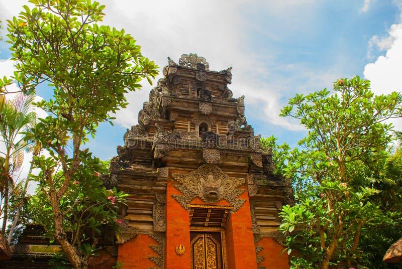Balinesedörrfasad av templet Ubud _ royaltyfri bild