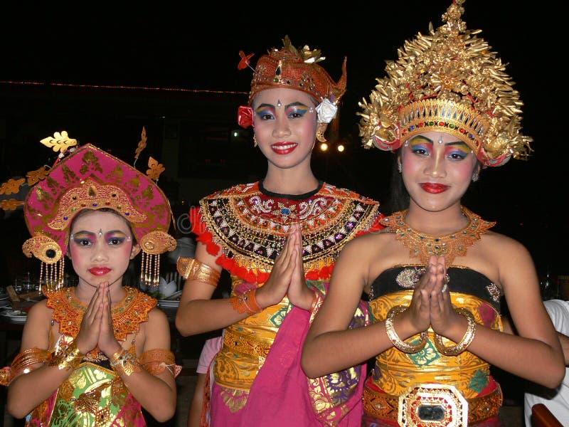Balinesedansareflickor som poserar i härliga dräkter och tiaror i Ubud, Bali, Indonesien arkivbilder