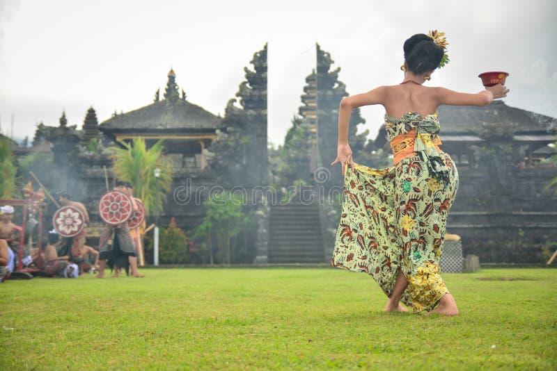 BalinesedansarePerforming A sakral dans royaltyfri fotografi
