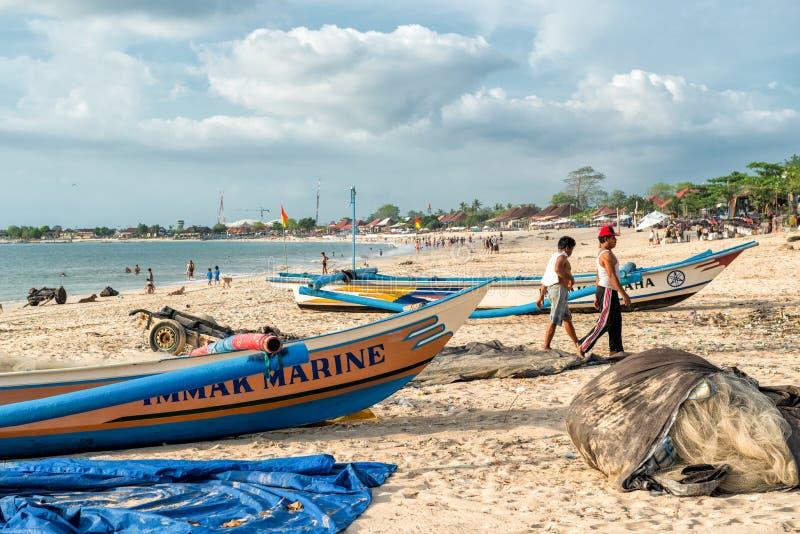 Balinesefiskare på den Jimbaran stranden royaltyfria bilder