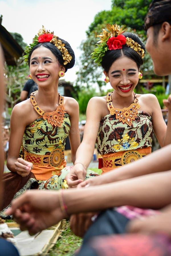 Balineseflicka som tycker om roliga tider med andra arkivbilder