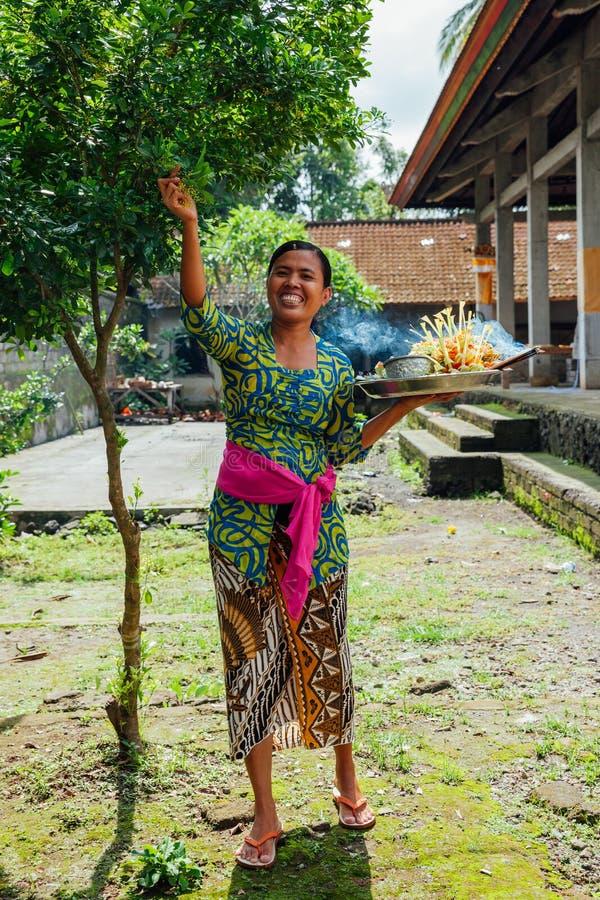 Balinesefrau, die Angebote im Tempel, Ubud, Bali macht lizenzfreie stockbilder