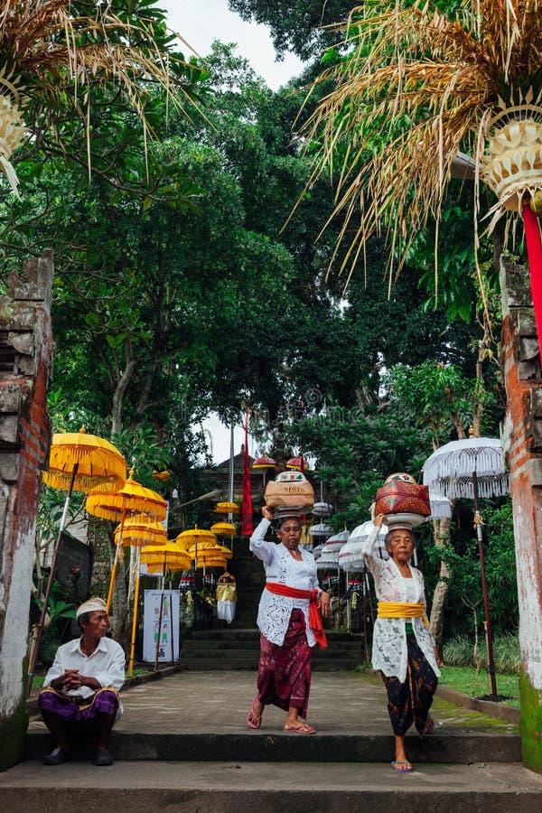 Balinesefrauen, die zeremoniellen Kasten mit Angeboten, Ubud tragen stockbild