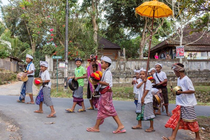 Balinesen lurar att spela Barong som går på gatorna av Ubud i Bali, Indonesien royaltyfri foto