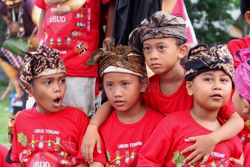 Balinesepojkar på den Nyepi festivalen royaltyfria foton