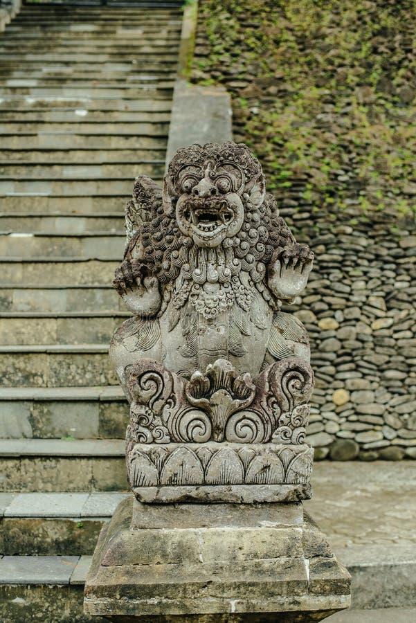 Balinesestenskulptur i den Tirta Empul templet arkivbild