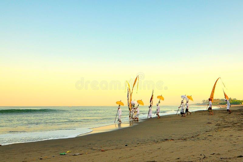 Balinesetradition på bali strandindonesia sand royaltyfria bilder