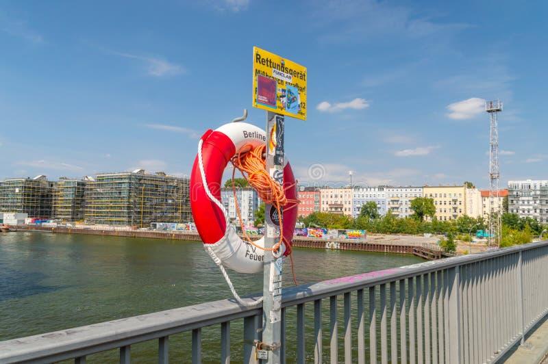 Balise d'anneau sur le pont d'Elsenbrucke au-dessus de la rivière de fête photos libres de droits