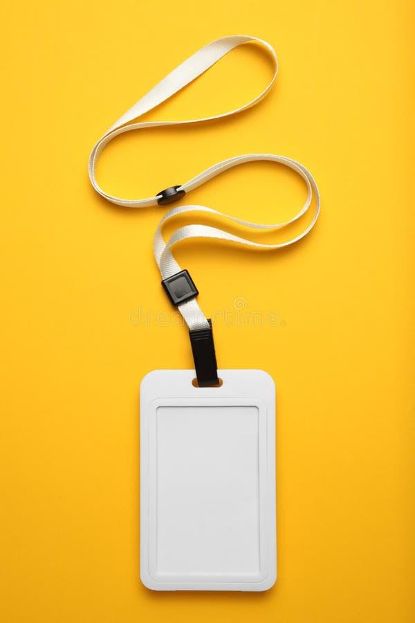 Balise de nom, ID de passe vip, badge et lanyard Événement vide sur fond jaune image stock