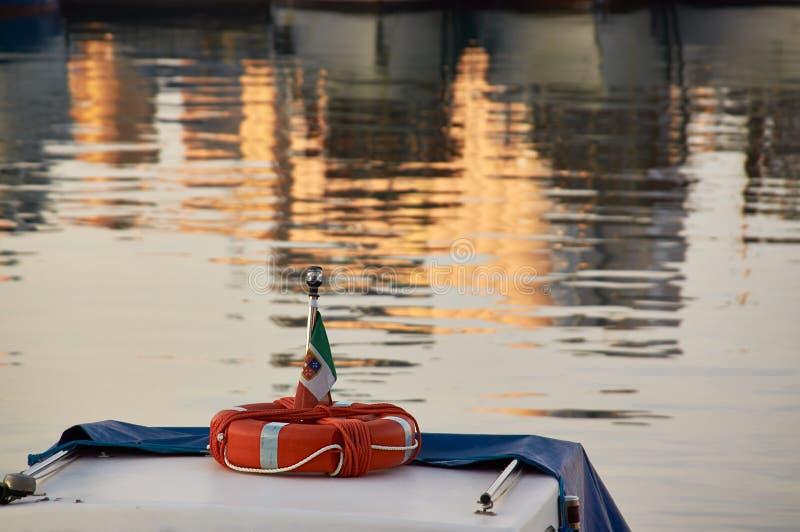 Balise de vie rouge sur le nez du vieux bateau images stock