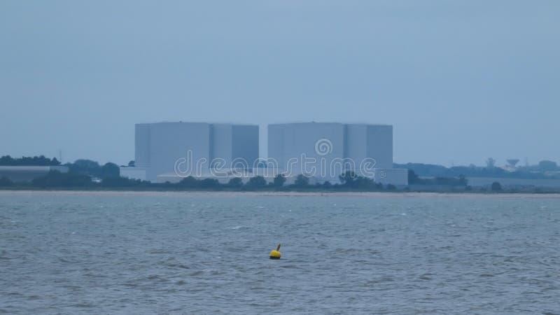 Balise devant une centrale nucléaire en Angleterre avant la tempête images stock