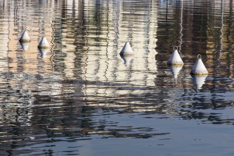 Balise et réflexion sur le lac photographie stock