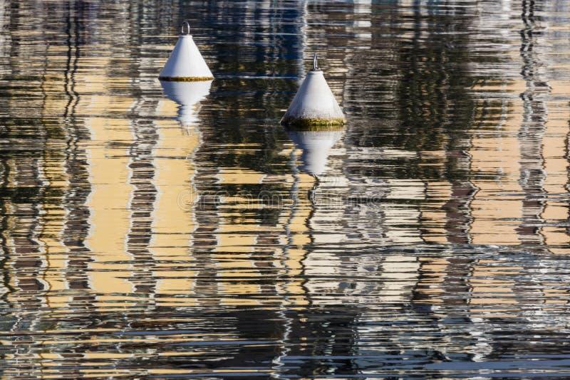 Balise et réflexion sur le lac photos stock