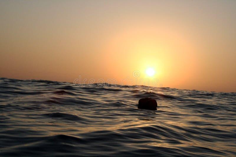 Balise isolée dans l'océan photo stock