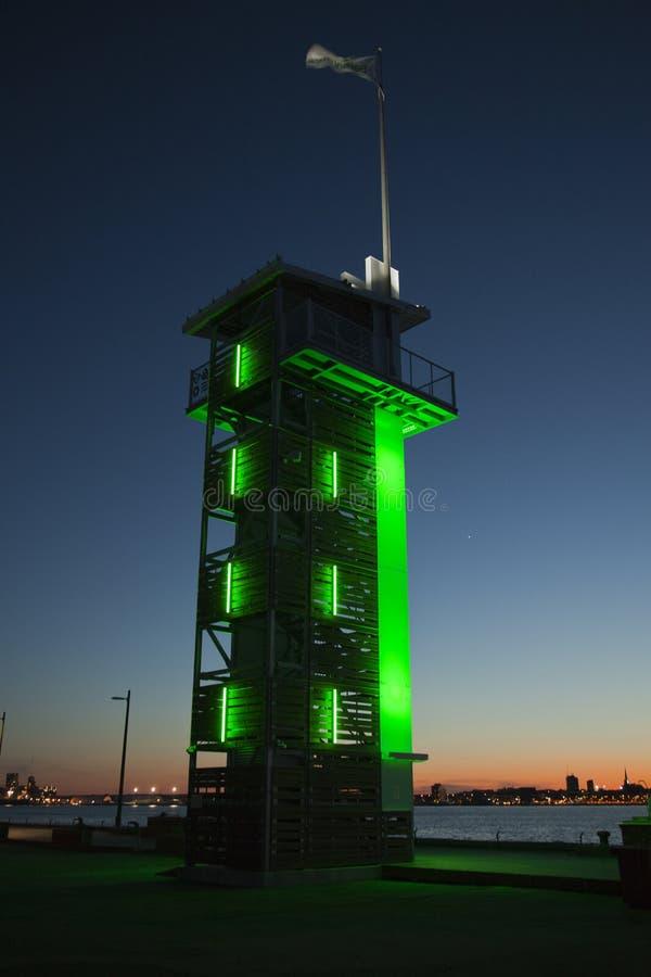 Balise verte sur le dock au coucher du soleil image stock