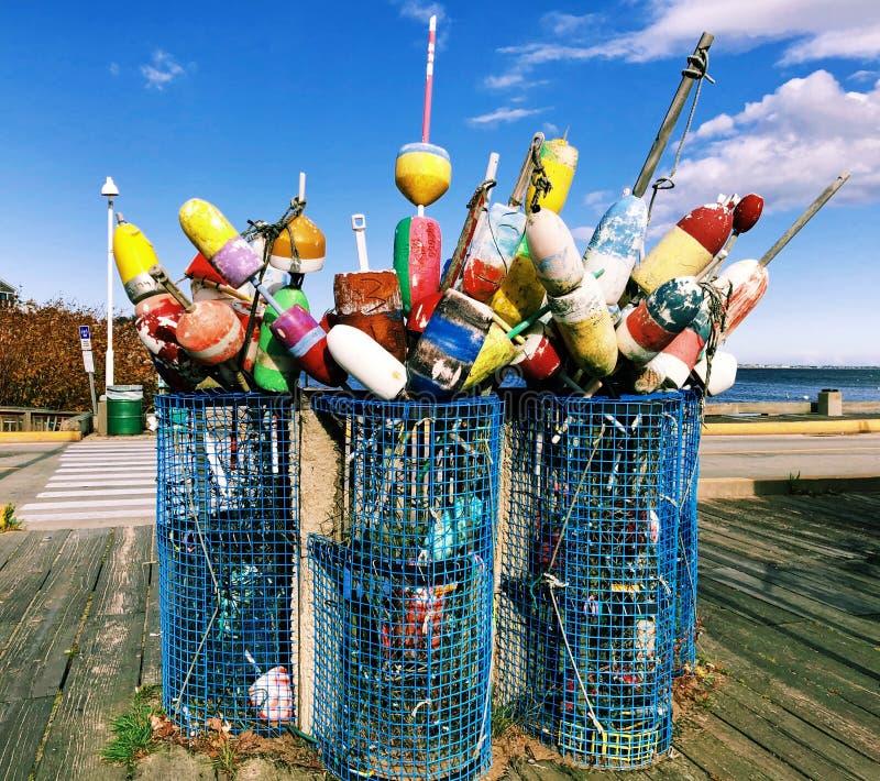 Balises colorées de homard près du bord de la mer national de Cape Cod images stock