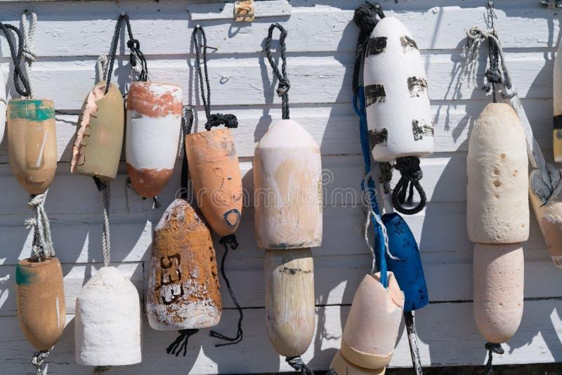 Balises de pêche accrochant par des cordes images stock