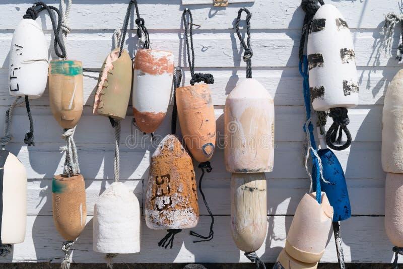 Balises de pêche accrochant par des cordes images libres de droits