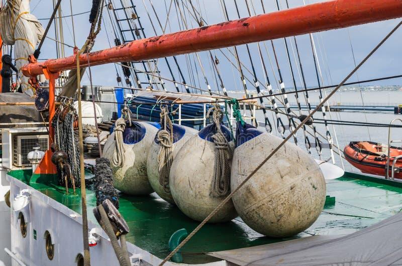 Balises sur la plate-forme d'un voilier, plan rapproché photo stock
