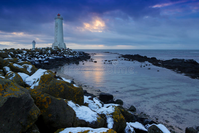 Balisez sur une côte d'océan pendant un coucher du soleil l'islande images stock
