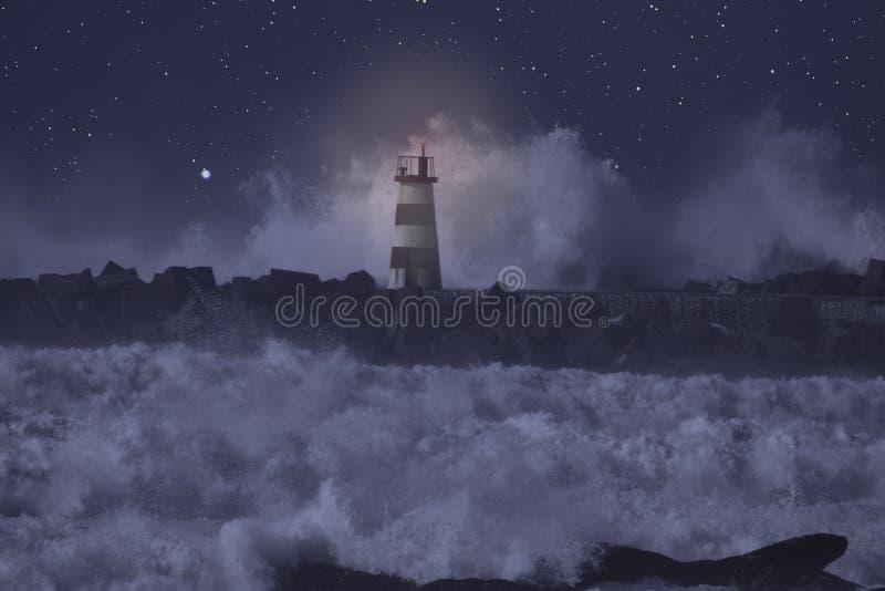 Baliza aceso em um mar tormentoso na noite foto de stock royalty free
